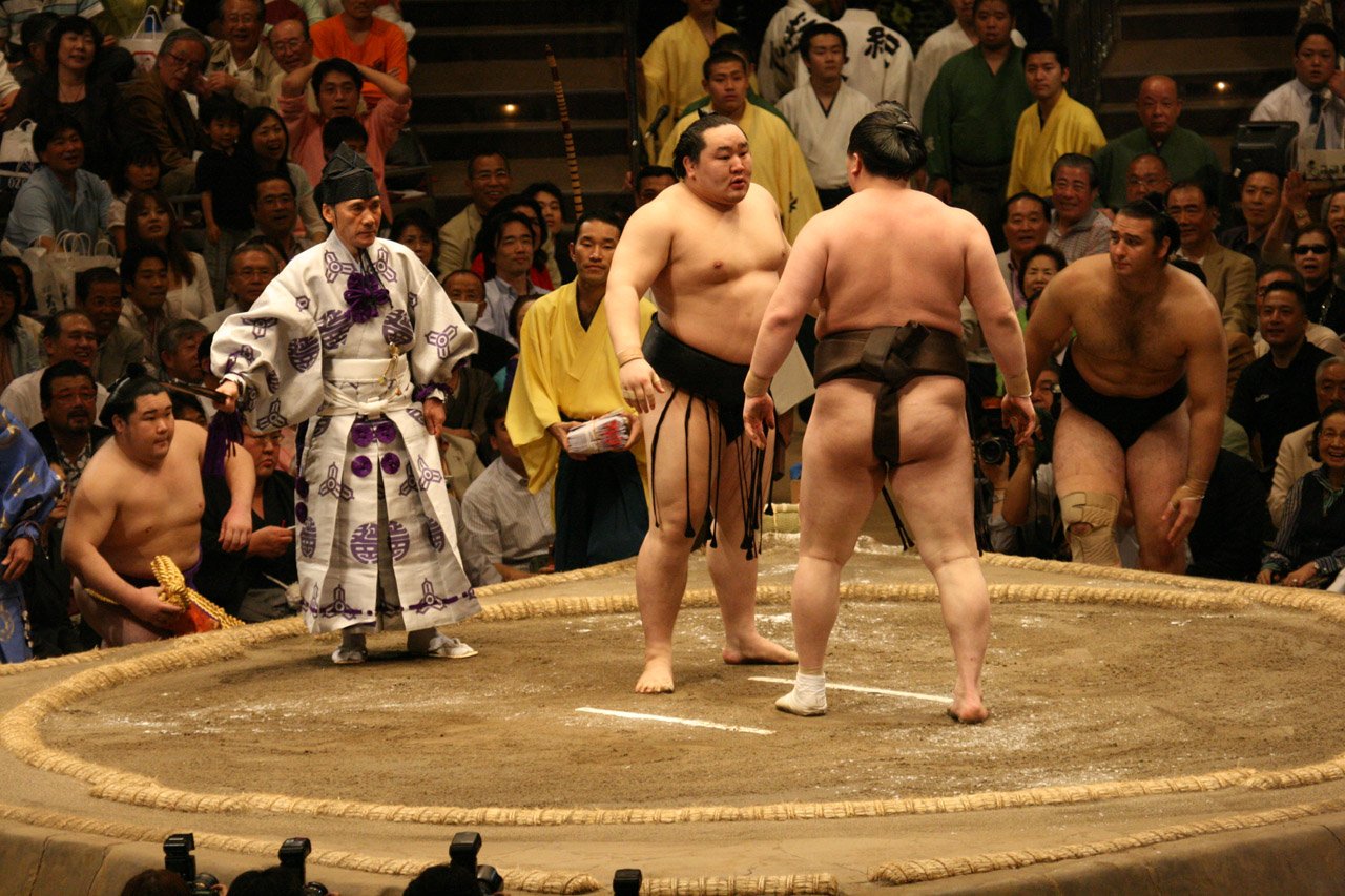 Asashoryu_and_Hakuho_glare_at_each_other_2008_May